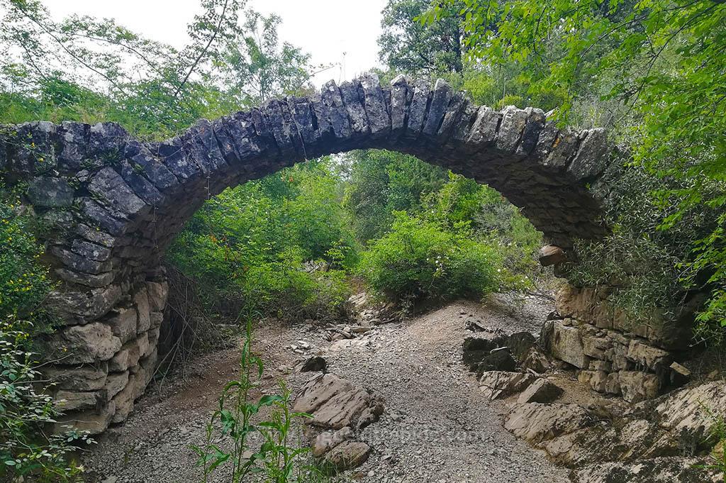 Un pont dans la garrigue à St-Bauzille-de-Montmel dans l'Hérault
