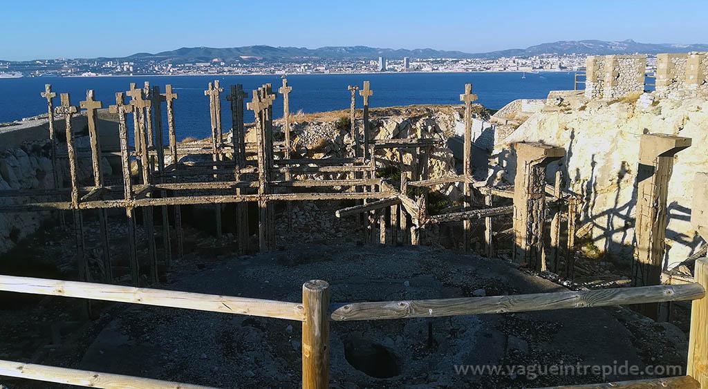 Les ruines bombardées du fort de Ratonneau